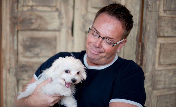 Janne kertoo viihtyvänsä nykyään paremmin koiriensa kanssa.