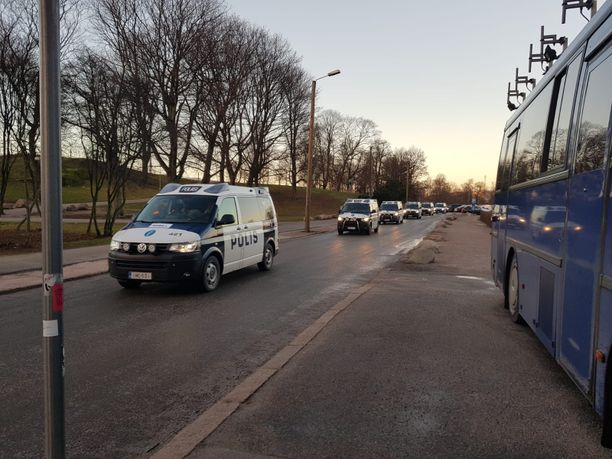 Pitkät poliisiautojonot ovat herättäneet huomiota Kalliossa ja Kaisaniemessä.