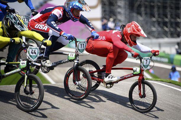 Connor Fields (keskellä) ei pääse puolustamaan olympiakultaansa.