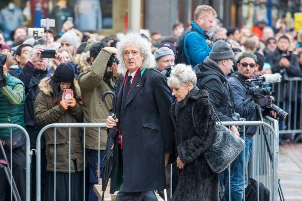 Hautajisissa oli kuuluisuuksia kuten Queen-yhtyeen kitaristi Brian May vaimonsa kanssa.