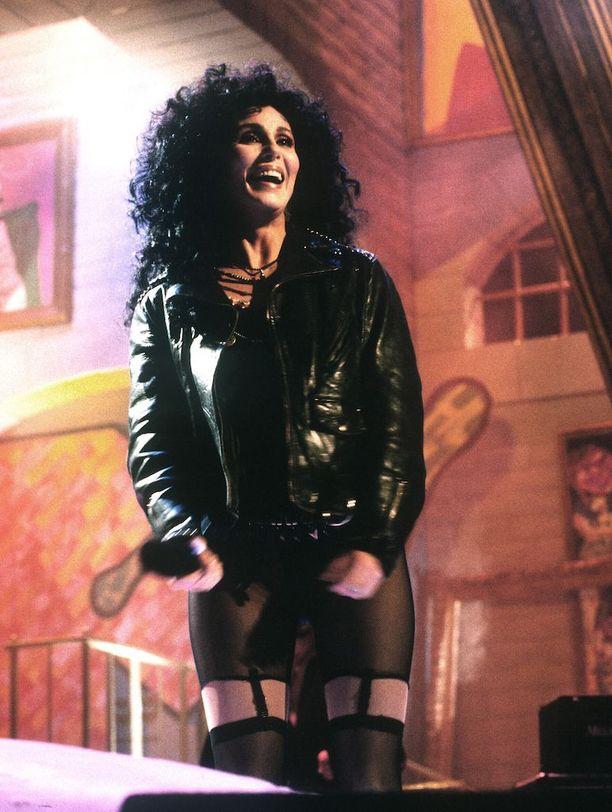 """Cher vuonna 1989 esittäessään """"If I Could Turn Back Time""""-kappaletta."""