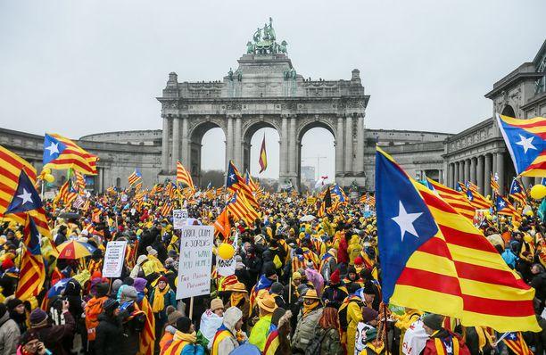 Katalonialaiset marssivat Belgian Brysselissä osoittaakseen tukensa itsehallintoalueen syrjäytetylle johtajalle Carles Puigdemontille.