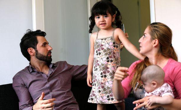 Irakilaisperheen isä Huner Ali Muhammed, Sämä-tytär, äiti Gashaw Khaleel Hamad ja kolmikuinen Klara-vauva eivät voi muuta kuin toivoa parasta.
