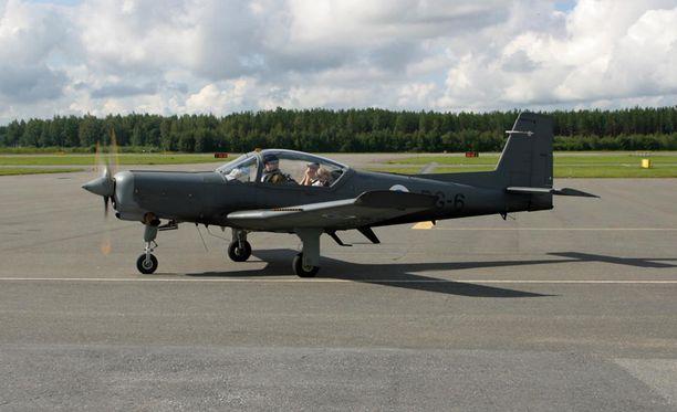 Nelipaikkainen Valmet Redigo Porin lentokentällä vuonna 2002. Koneista tuli yhteensä 11 tarjousta.