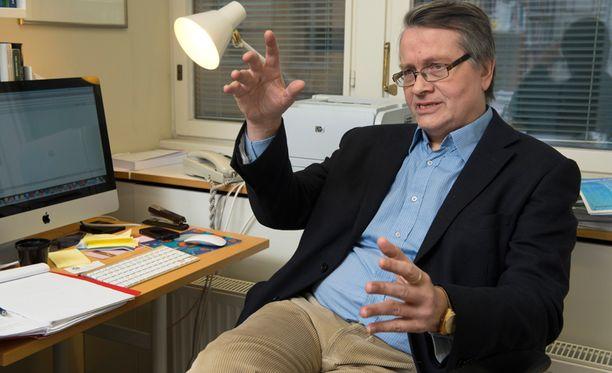 Kaarlo Tuori liputtaa maakuntamallin puolesta.