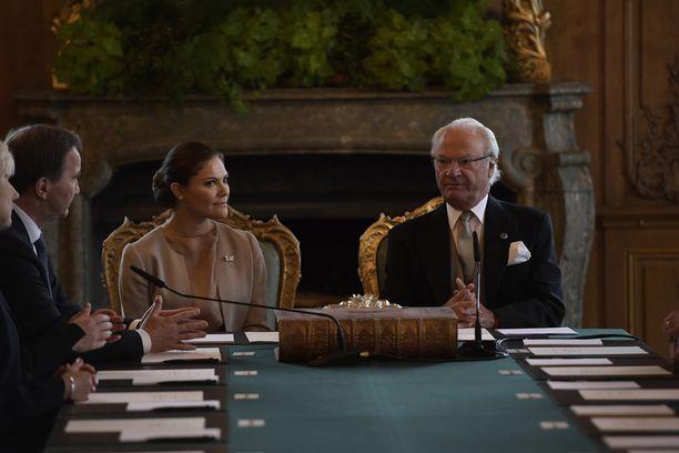 Nimen ilmoitti kuningas Kaarle Kustaa vierellään esikoisensa, kruununprinsessa Victoria.
