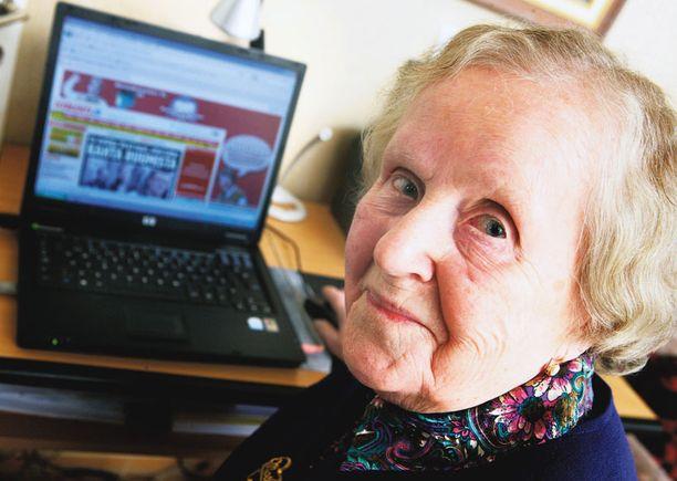 Helvi Hänninen on opetellut tietokoneen käyttöä kirjan avulla, mutta sukulaiset ovat olleet korvaamattomana apuna ja tukena.