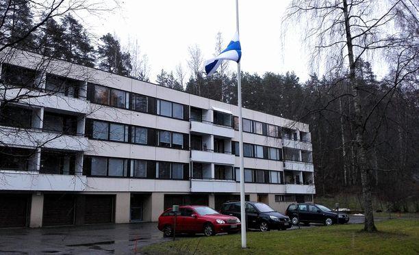 Hannes Hynösen kotitalon pihalla lippu oli puolitangossa maanantaina.