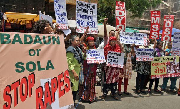 Protestoijat osoittavat mieltään raiskauksia vastaan Intian Ahmadabadissa kesäkuussa.