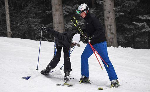Onneksi hiihdonopettaja auttoi kaunottaren takasin ylös.