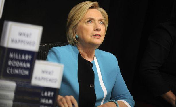 Hillary Clinton signeerasi kirjojaan New Yorkissa maanantaina.