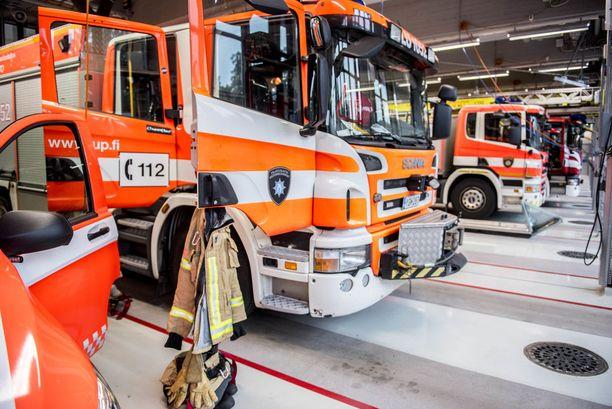 Paloasemalla niin palomiehet, varusteet kuin ajoneuvot ovat jatkuvassa lähtövalmiudessa. Kuvituskuva.