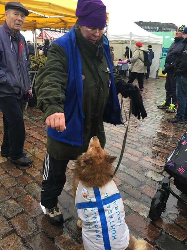 Laura Huhtasaaren kannattaja Satu Hopeavirta oli pukenut Niki-koiransa ylle Huhtasaari-asusteen. Hopeavirta sanoi pitävänsä Huhtasaaren suorasanaisuudesta.