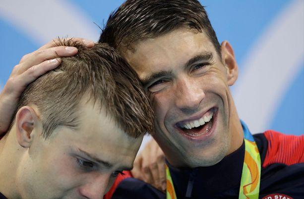 Ryan Held sai onnitteluhalauksen myös Michael Phelpsiltä, jolle kyseessä oli jo 19. olympiakulta.