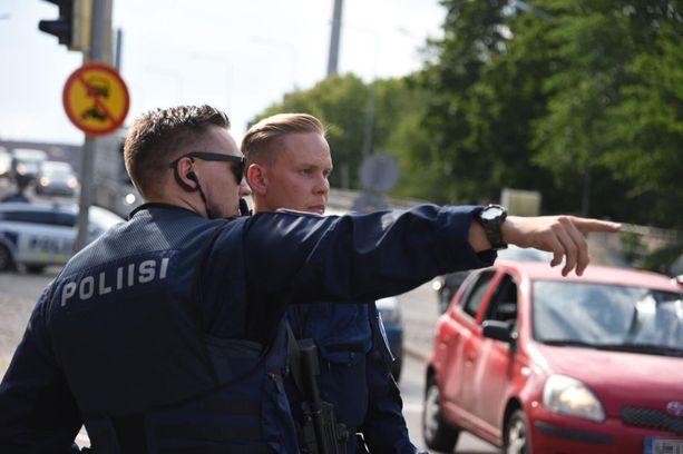 Poliisit tarkastelivat rikospaikkaa pian ampumavälikohtauksen jälkeen tiistai-iltapäivänä.