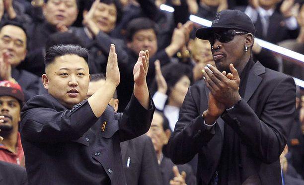 Kim ja Rodman seuraamassa Harlem Globetrottersin ja Pohjois-Korean urheiluyliopiston koripallojoukkueen ottelua vuonna 2013.