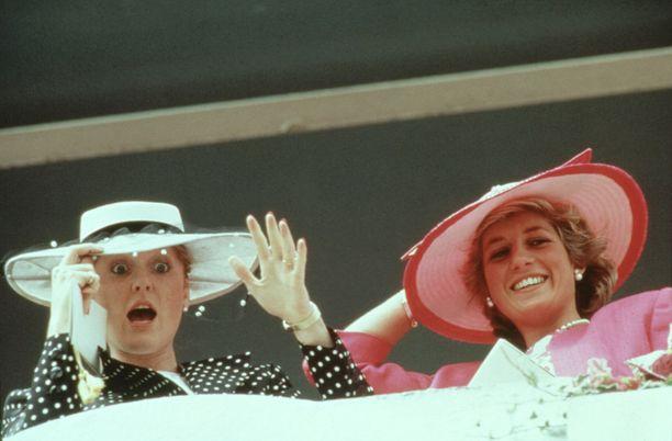 Yorkin herttuatar Sarah Ferguson ja Diana kujeilivat laukkakisoissa 1987.