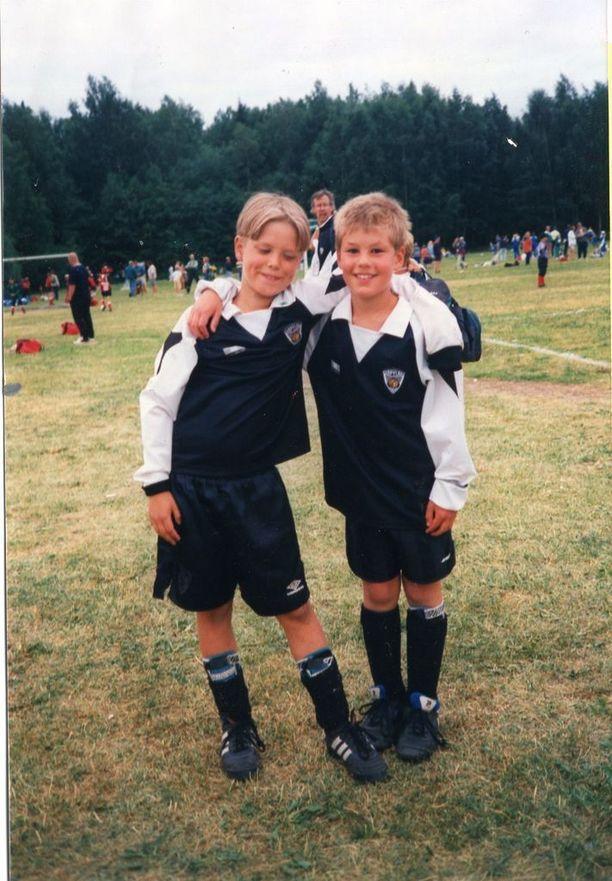 Petteri Koponen (vasemmalla) oli pienempänä myös innokas jalkapalloilija.