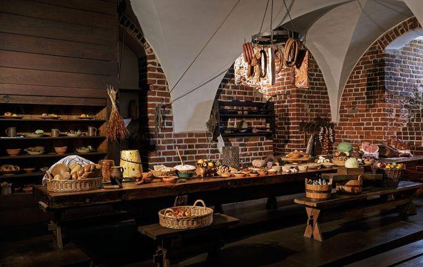 Linnan tilat on entistetty, ja niissä pääsee tutustumaan vaikkapa keskiaikaiseen keittiöön.