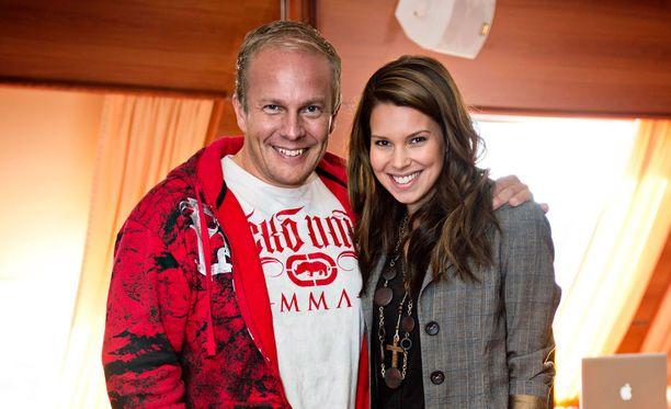 Tv-juontaja Henry Aflecht poseerasi vuonna 2012 Viivi Pumpasen kanssa.