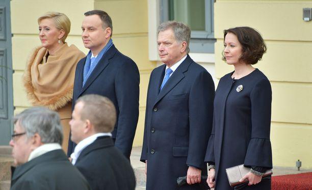Kun vasara oli poistettu Linnan pihalta, valtiovierailu alkoi tervetuloseremonialla. Kuvassa Puolan presidenttipari Andrzej Duda ja Agata-vaimo, vas., sekä presidentti Sauli Niinistö ja rouva Jenni Haukio.