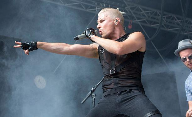 Pop-tähti Antti Tuiskun show ei jättänyt ketään kylmäksi Himos juhannus -festivaaleilla.