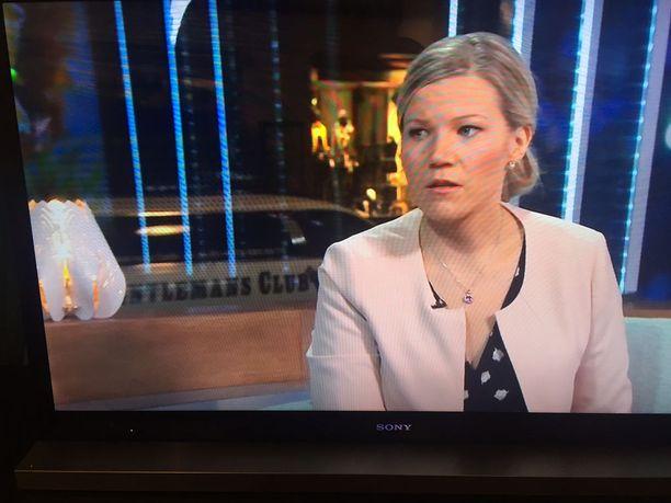Muun muassa kansanedustaja Sofia Vikmanin haastattelun aikana Gentlemans Clubin limusiini näkyi Huomenta Suomen lähetyksen taustalla.