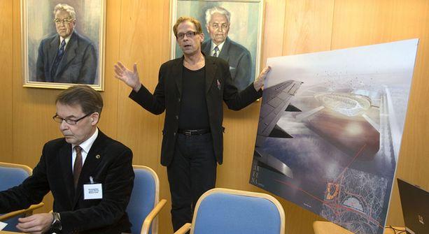 Toivo Sukari ja Maskun kunnanjohtaja Jaakko Olenius esittelivät uuden huomattavasti suuremman Ideaparkin havainnekuvaa tiistaina Maskussa.