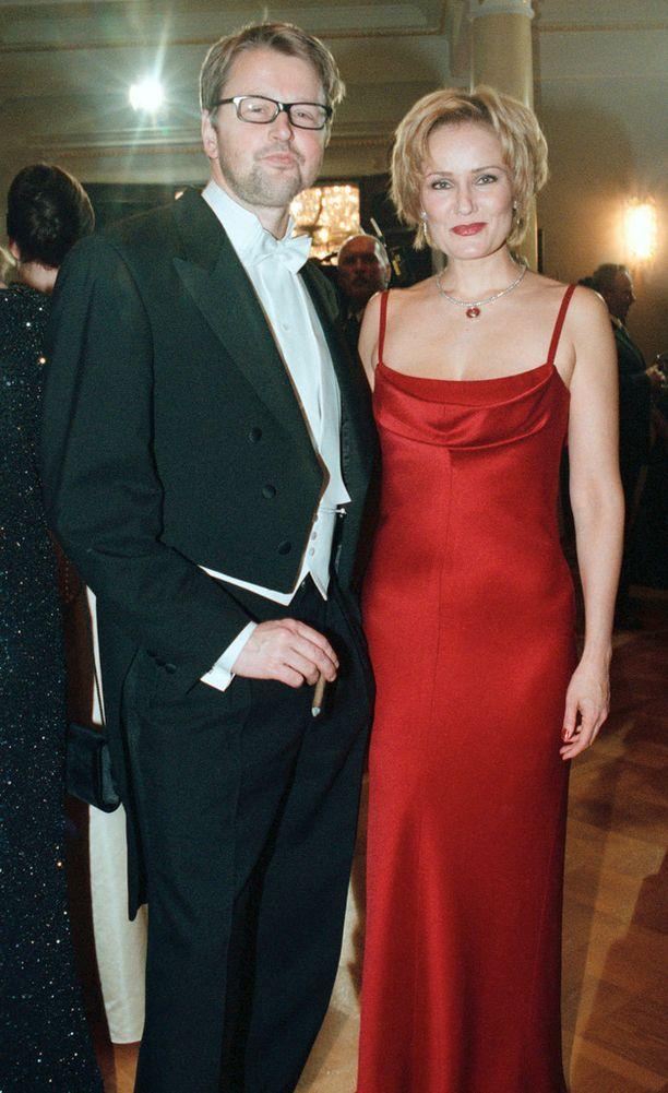 Tältä Eija-Riitta Korhola näytti samassa hameessa vuonna 2000. Rinnalla silloinen aviomies Atte Korhola.