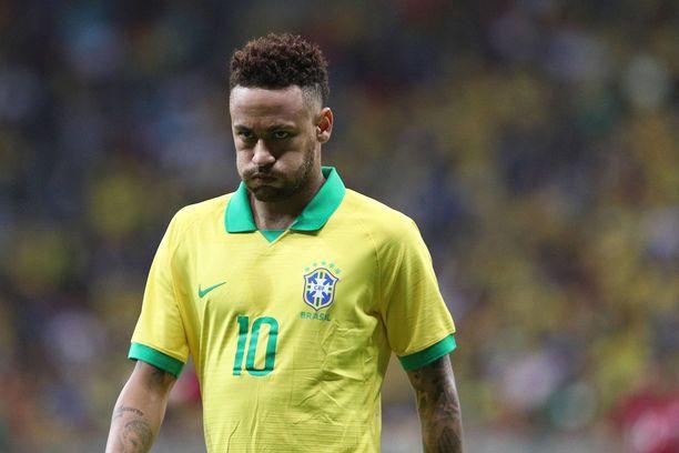 Neymar on loukkaantuneena sivussa Brasilian joukkueesta Etelä-Amerikan mestaruusturnauksesta. Sen sijaan 27-vuotias supertähti juonii seurasiirtoa.
