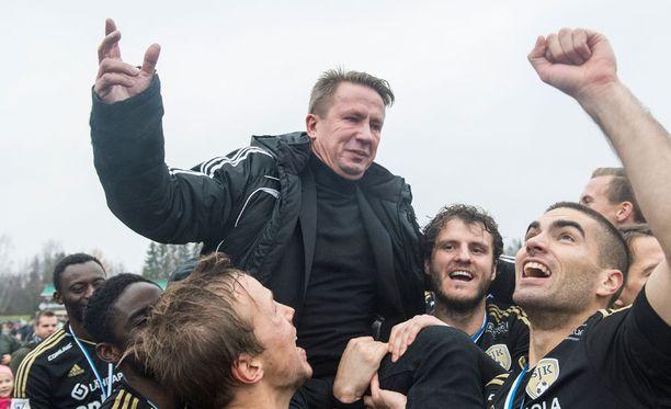 SJK:n puheenjohtaja Raimo Sarajärvi pääsi juhlimaan mestaruutta.