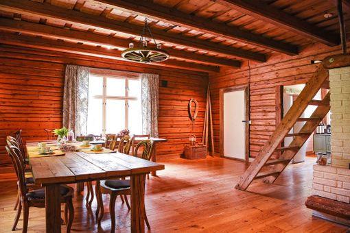 Tero on tehnyt Hyvinvointikylään tuvan pöydät vanhoista lattialankuista.