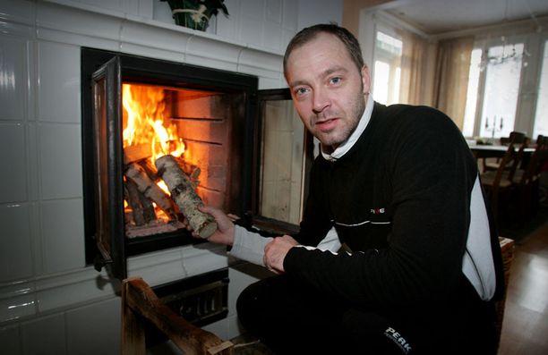 Sisko tuntee edelleen katkeruutta siitä miten hiihtokuningasta riepoteltiin doping-kohun jälkeen. Kuvassa Myllylä Haapajärven kodissaan talvella 2006.