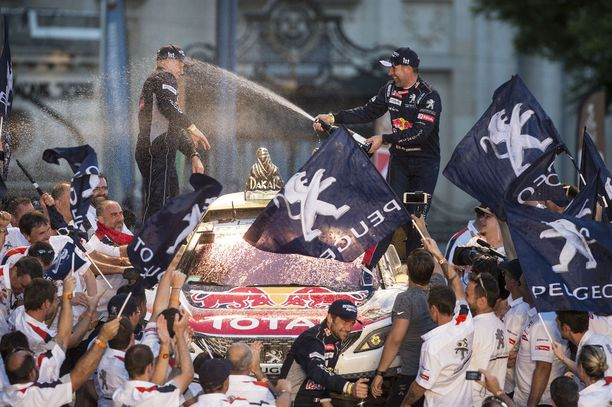 Stéphane Peterhansel (oik.) puolustaa viime vuoden voittoaan autoluokassa.