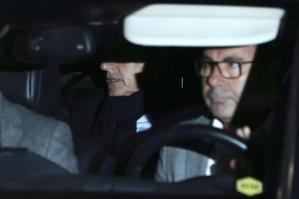 Ranskan entinen presidentti Nicolas Sarkozy pääsi keskiviikkona kotiin kahden päivän kuulusteluiden jälkeen. Kuvassa Sarkozy istuu autossa Pariisissa 21. maaliskuuta 2018.