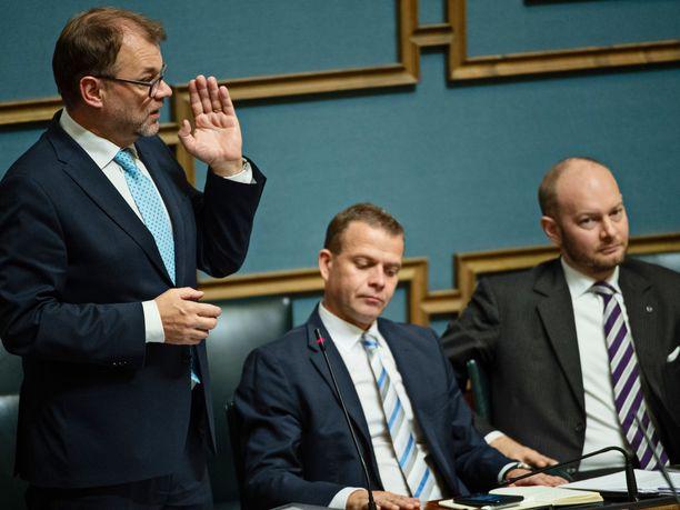 Kokoomuksen puheenjohtaja, valtiovarainministeri Petteri Orpo ja sinisten puheenjohtaja, kulttuuriministeri Sampo Terho malttoivat vielä täysistunnon alussa kuunnella pääministeri Juha Sipilää (kesk):