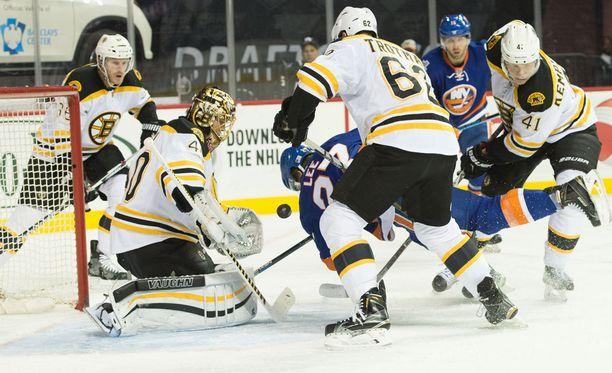 Tuukka Rask torjui uransa ensimmäisen voiton New York Islandersin uudessa kotihallissa Barclay's Centerissä.
