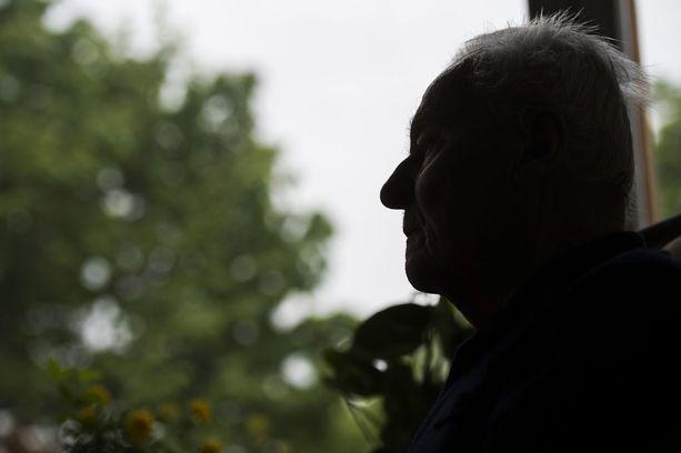 Ari Heikkinen etsi turhaan vanhaa perheystäväänsä, joka ei asunut enää kotonaan. Hän ei saanut hoivapaikoista tietoa, missä vanhus mahdollisesti asui, koska ei ollut sukulainen. Heikkinen uskoo vanhuksen olleen yksinäinen. Kuvituskuva.