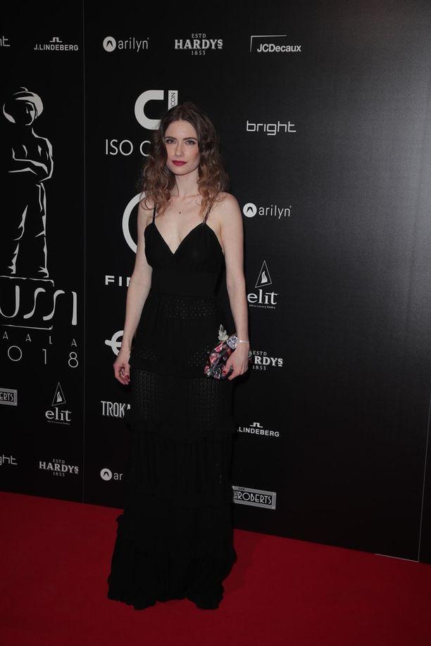 The Guardian Angel -elokuvassa nähtävä Sara Soulie pukeutui myös mustaan asuun.