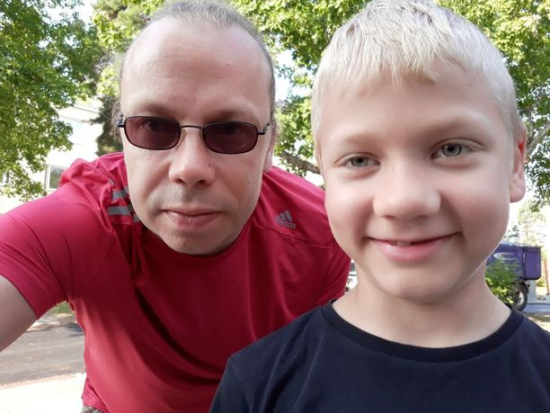 Topi Karinen, 8, huomasi veden varaan joutuneen ja isä Ville Karinen pelasti hukkumaisillaan olleen nuorukaisen Tapaninvainion uimarannalla  Helsingissä sunnuntaina. Muut täydellä rannalla olleet eivät huomanneet veteen hypänneen pojan hätää.