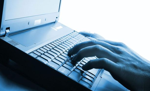 Poliisi vei miehen tietokoneet tutkittavaksi, ja koneilta löytyi epäiltyä materiaalia. Kuvituskuva.