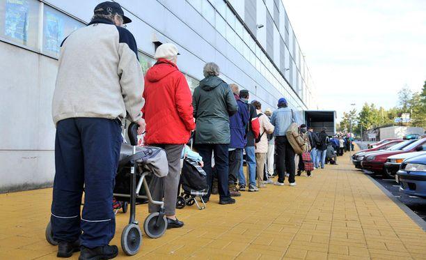 Hiilamo sanoo, että tärkein tapa vähentää eriarvoistumista on pitkäaikaistyöttömyyden ratkaiseminen. Kuvituskuva leipäjonosta Myllypurossa.