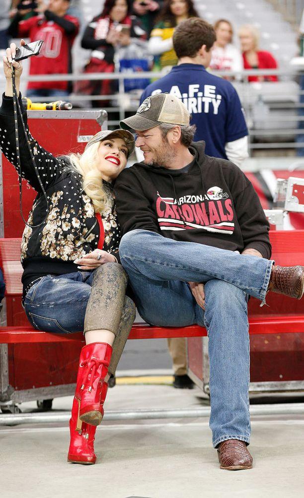 Gwen Stefani ja Blake Shelton eivät peittele rakkauttaan. Pariskunta otti yhteiskuvia viime vuoden joulukuussa NFL-matsissa Arizonassa.