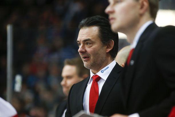 Mikael Kotkaniemi joutuu Ässien tiiviin otteluohjelman takia katsomaan poikansa Jesperin NHL-debyytin jälkilähetyksenä.