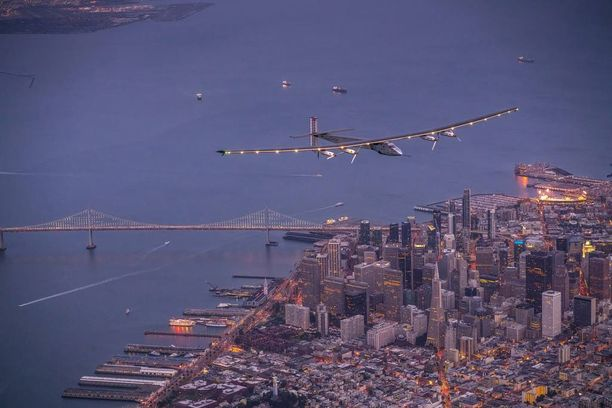 Solar Impulse 2 ylitti Golden Gate -sillan lauantai-iltana.