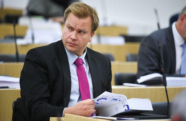 Pääministeripuolue keskustan eduskuntaryhmässä on 18 sopeutumiseläkejärjestelmän piirissä olevaa kansanedustajaa. Yksi heistä on eduskuntaryhmän puheenjohtaja Antti Kaikkonen, 44.