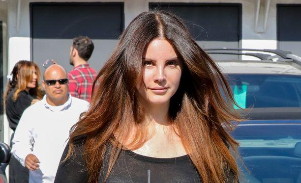 Lana Del Rey on jakanut Twitterissä päivämääriä, jolloin loitsujen aika on otollisimmillaan.