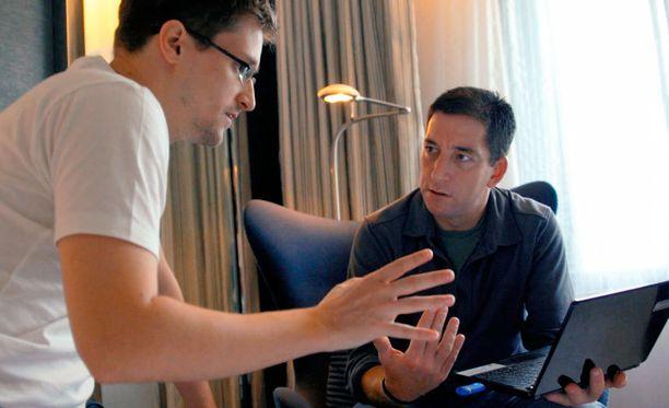 Edward Snowden ja toimittaja Glenn Greenwald Citizenfour-dokumentin kohtauksessa.