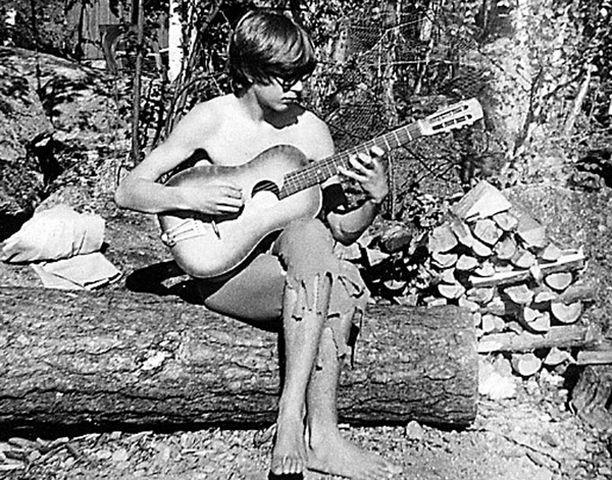 – Opettelin soittamaan ensimmäistä kitaraani mökillä Kukkian rannalla Hauholla kesällä 1967.
