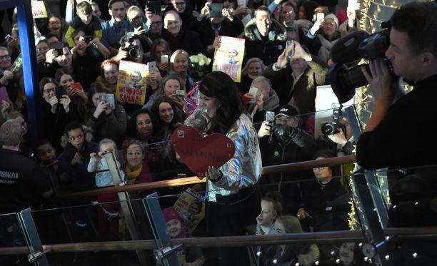 Sadat fanit jonottivat päästäkseen näkemään X Factor -idolinsa.